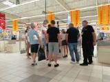 Przeciwnicy maseczek protestowali w Auchan w Krasnem. Nie zostali obsłużeni, kasjerzy odchodzili od kas, ochrona wypraszała ze sklepu