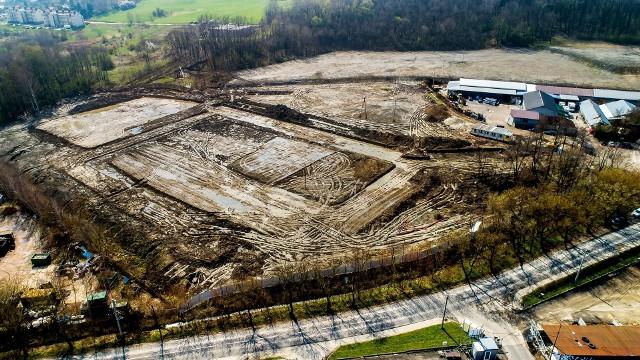 Na gminnym terenie przy ul. Jedynaka w Wieliczce rozpoczęto prace ziemne związane z budową nowej szkoły podstawowej. Kompleks edukacyjny dla ok. 500 uczniów ma być gotowy na wrzesień 2022 roku
