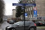 Kraków. Przez kuriozalny znak uczniowie i hokeiści nie mogą dojechać na lodowisko przy ul. Siedleckiego