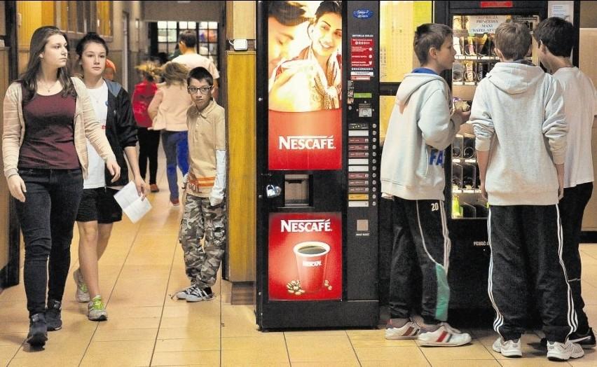 W SP 32 automat z kawą stoi niedaleko wejścia i gabinetu...