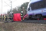 Śmiertelny wypadek na przejeździe kolejowym w Bedoniu koło Łodzi ZDJĘCIA. Kierowca wjechał na tory mimo opuszczonych rogatek
