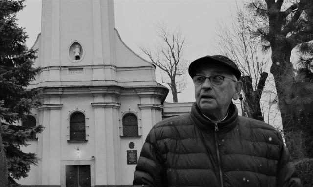 Biskup Tadeusz Pieronek przed kościołem w rodzinnych Radziechowach.