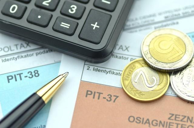 Rozliczenie PIT to kwestia interesująca wielu Polaków. Pamiętajmy, deklarację PIT możemy złożyć najpóźniej do 30 kwietnia 2021 roku. Warto nie zwlekać, bo jeśli okaże się, że zapłaciliśmy przez rok więcej podatku, Urząd Skarbowy zwróci nam wartość owej nadpłaty. Tu pojawia się pytanie, kiedy otrzymamy zwrot z podatku. Sprawdźcie, poniżej jakie fiskus wyznaczył terminy. Wtedy możecie spodziewać się pieniędzy! Czytaj dalej. Przesuwaj zdjęcia w prawo - naciśnij strzałkę lub przycisk NASTĘPNECZYTAJ TAKŻE:1520 zł dla każdego! Jak działa ulga za Internet?Ulga na dziecko 2021. Jaki wypełnić PIT? Za dwójkę dzieci otrzymasz ponad 2 tys. zł