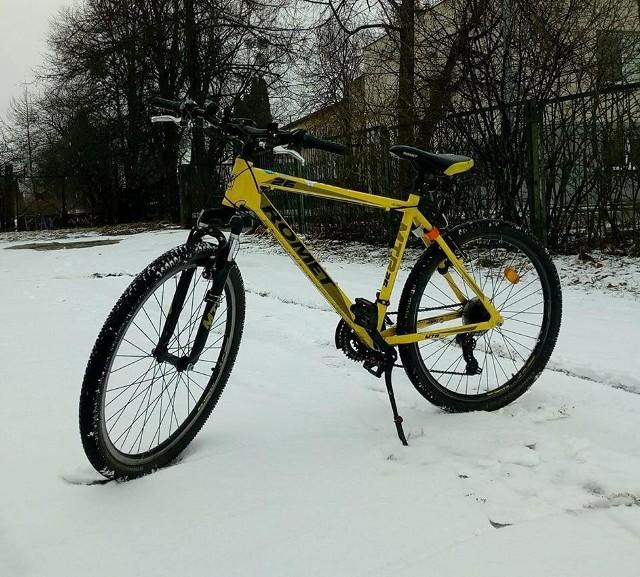 W nocy z 25 na 26 czerwca skradziono rower z klatki przy ul. Antoniukowskiej 20a w Białymstoku. To żółty Romet Rambler 26