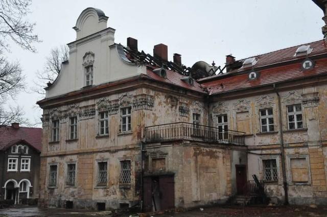 Dach budynku zapalił się po raz trzeci w ostatnich kilku latach. Całe szczęście, że w sobotę ogień wybuchł w chwili, kiedy do pałacu nie przyjechali jeszcze zaproszeni goście. Teraz na poddasze nie może wejść nikt, dopóki wnętrz nie zbadają strażacy.