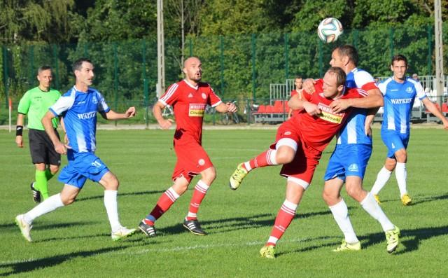 Paweł Cygnar (w środku, w czerwonej koszulce) wypracowuje pozycje bramkowe Przemysławowi Knapikowi.