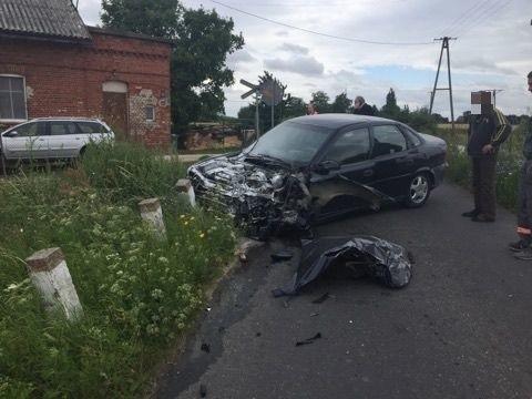 Do groźnie wyglądającego zdarzenia doszło na przejeździe kolejowym pod Chełmżą. Szynobus Arrivy zderzył się z samochodem osobowym.O zderzeniu strażacy dostali zgłoszenie o godz 10.28. Z nieustalonych jeszcze do końca powodów szynobus Arrivy uderzył w samochód osobowy. Do zdarzenia doszło pod Chełmżą.- Szynobusem podróżowało 15 osób, w aucie osobowym był tylko kierowca - informuje mł. kpt. Przemysław Baniecki, rzecznik prasowy komendanta miejskiego PSP w Toruniu. - Żadnej z osób nic się nie stało.Arriva zobowiązała się, że wszystkich pasażerów odtransportuje na miejsce.Akcja usuwania skutków zderzenia zakończyła się przed godz. 12.