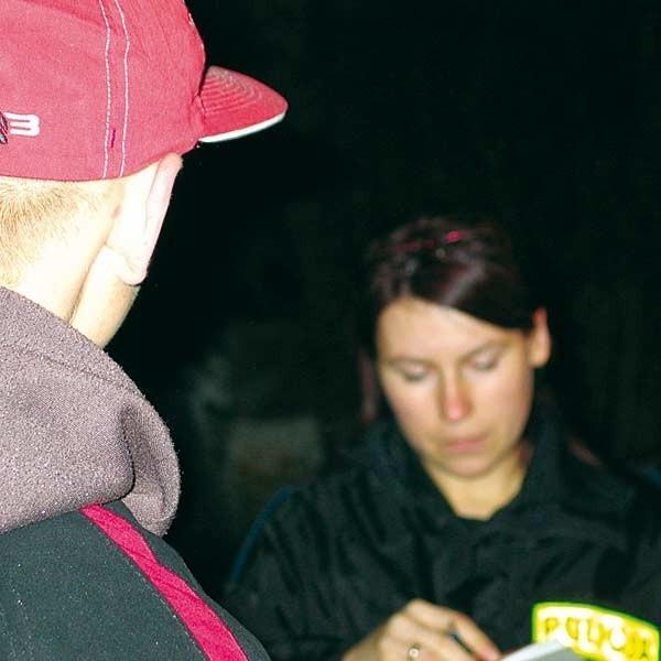Policjanci ukarali mandatami kilkoro młodych ludzi pijących piwo w centrum miasta.