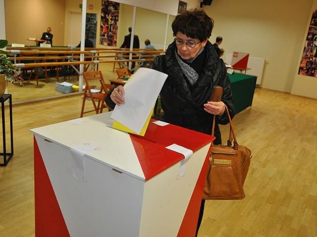 Mieszkańcy Szczecinka głosują w komisji nr 14 mieszczącej się w budynku kina.