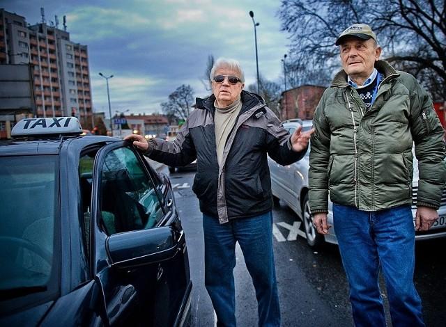 Julian Drobny i Józef Kałduś pracują na postoju w Kędzierzynie-Koźlu od ponad 30 lat. – Tak źle jak teraz jeszcze nie było – uważają.