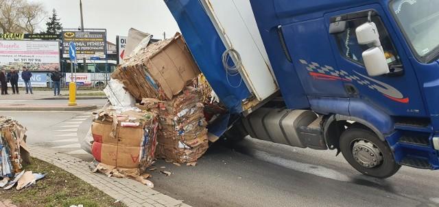 Przasnysz. Samochód ciężarowy przewrócił się na rondzie. Wszystko przez przewożony ładunek, 24.01.2020