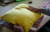 Gdańsk: W Europejskim Centrum Solidarności więźniowie szyli poduszki dla seniorów [zdjęcia]