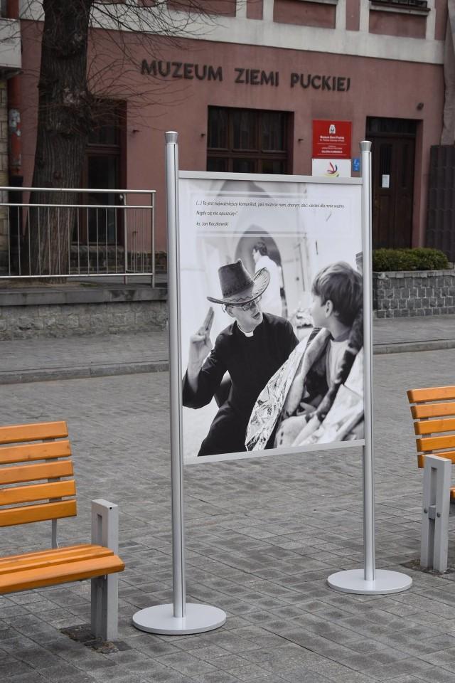 Puck z wystawą fotografii ks. Jana Kaczkowskiego w pierwszą rocznicę śmierci