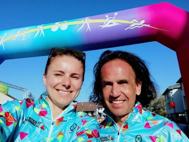 Przemysław Walewski z żoną Klaudią przekonują, że nawet w trudnych czasach dla biegaczy, można czerpać radość z treningu i życia
