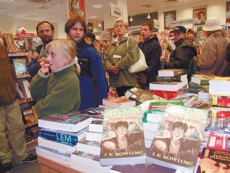 """W opolskim """"Empiku"""" już na godzinę przed sprzedażą można było sobie obwąchać nową książkę o Potterze."""