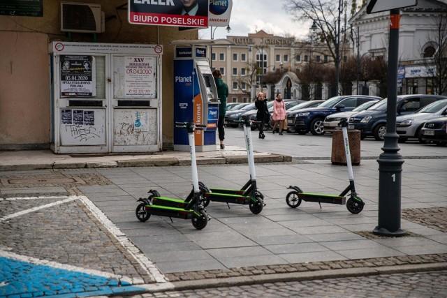 Firma blinkee.city, która prowadzi w Białymstoku wypożyczalnię e-sprzętów, zapewnia, że nawet kilka razy dziennie dezynfekuje newralgiczne elementy swoich pojazdów.