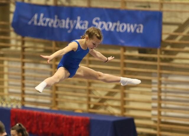 Oliwia Przybylska podczas zawodów na trampolinie