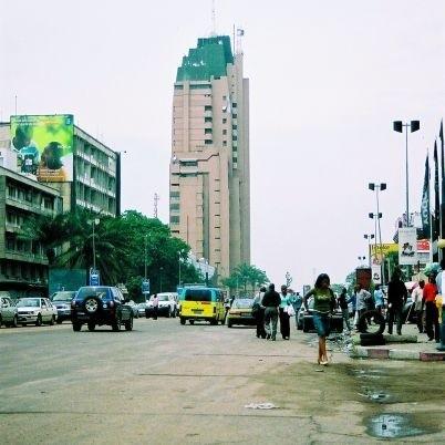 Główna ulica Kinszasy – Bulwar 30 Czerwca – od rana zamienia się w potok posuwających się wolno samochodów i pieszych