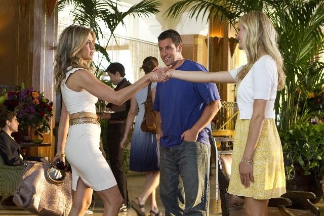 """""""Żona na niby""""Szalona komedia pomyłek z Adamem Sandlerem i Jennifer Aniston w rolach znajomych z pracy, którzy udają małżeństwo. Danny Maccabee jest chirurgiem plastycznym, który nie ma szczęścia w miłości. Pewnego dnia jednak spotyka zjawiskową kobietę, w której od razu się zakochuje. Aby ją uwieść, ucieka się do małego kłamstwa. Kiedy wymyka się ono spod kontroli, mężczyzna namawia swoją asystentkę Katherine do udziału w farsie. Kobieta ma udawać """"prawie już byłą"""" żonę Danny'ego. W intrydze biorą udział również jej dzieci. Zbieg przypadków sprawia, że nagle wszyscy lądują razem na Hawajach. Przyjdzie im tam spędzić weekend, którego na pewno żadne z nich nigdy nie zapomni. Pełne humoru dialogi, ciekawa intryga, kuszące oko widoki Hawajów i gwiazdorska obsada to największe atuty filmu w reżyserii Dennisa Dugana... czytaj wiecejEmisja: Polsat, godz. 20:05"""
