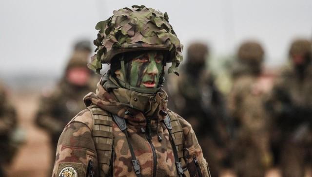 """Wysokość wynagrodzeń w wojsku zależy m.in. od stopnia wojskowego. Zawodowi żołnierze otrzymują uposażenie zasadnicze oraz dodatek stażowy. Oprócz tego mogą liczyć na trzynastą pensję oraz dodatki za długoletnią służbę czy w związku z pełnieniem różnorakich funkcji. Żołnierzom przysługują też m.in.: tzw. mundurówka, zasiłek na zagospodarowanie, należności za podróże, przeniesienia czy pełnienia służby poza granicami Polski.  Żołnierze nie płacą składek na ubezpieczenia społeczne, emerytury otrzymują bowiem z Ministerstwa Obrony Narodowej. Z ich pensji brutto są odliczane tylko podatek dochodowy i składka zdrowotna.W przyszłym roku zarobki żołnierzy zawodowych mają wzrosnąć.Szczegóły na następnych stronach. Zobacz wideo: Parada wojsk polskich i amerykańskich po ulicach Gorzowa. """"Największą różnicą jest sposób maszerowania""""wideo: TVN24"""