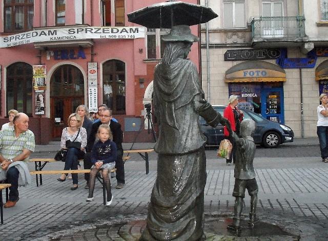 Nową rzeźbę polubili mieszkańcy Grudziądza. Latem często zatrzymywały się przy niej mamy z dziećmi, starsi ludzie, a także młodzież.