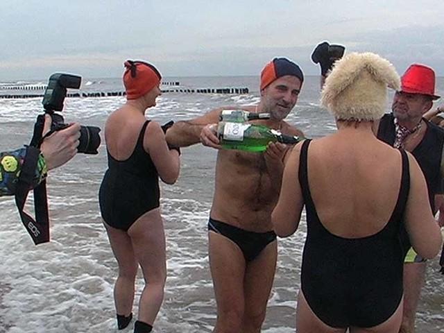 Morsy w Mielnie na plazyMielno: noworoczna kąpiel morsów