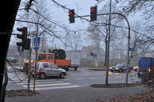 Czerwone na sygnalizatorze, ale kierowcy jadą dalej