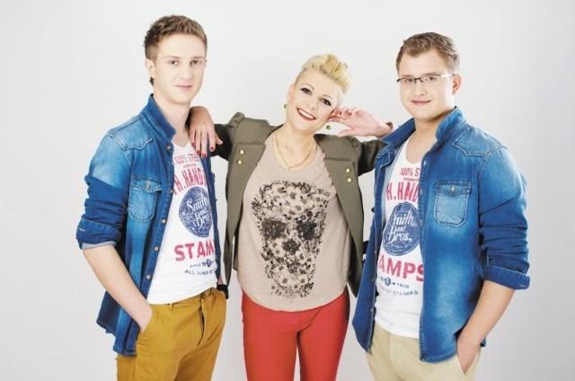 Łomżyński zespół disco polo Piękni i Młodzi tworzą (od lewej): Daniel Wilczewski i małżeństwo – Magda i Dawid Narożni