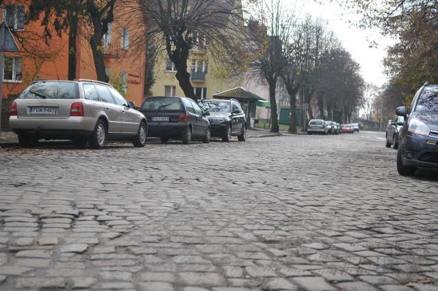 Z ul. Kościuszki kilka lat temu zerwano dziurawy asfalt, odsłaniając tym samym poniemiecki bruk. Droga mimo wszystko była w fatalnym stanie. W 2017 r. ma się to zmienić.