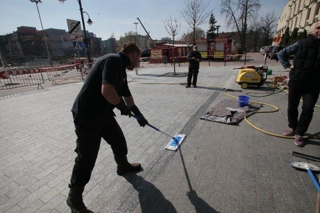 Ulica Piotrkowska została na jednym z fragmentów wyszorowana i zaimpregnowana specjalną substancją. Ma się dzięki temu mniej brudzić i lepiej czyścić.