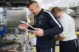 Adamek trenuje i smaży steki na Dolnym Śląsku