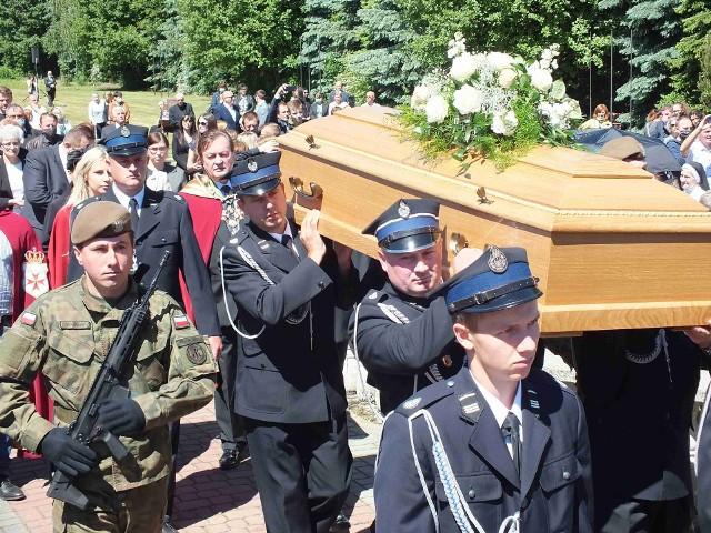 Na pogrzebie trumnę z ciałem księdza infułata Czesława Wali nosili strażacy z gminy Pawłów