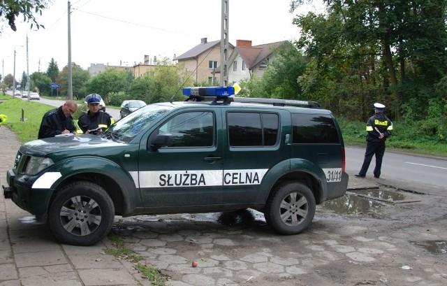 Policjanci oraz celnicy zatrzymywali auta zmierzające na giełdę samochodową