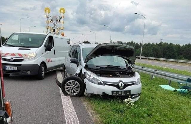 Renault uderzył w bariery na drodze ekspresowej pod Szydłowcem.