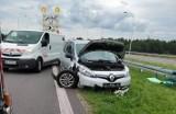 """Wypadek pod Szydłowcem, samochód osobowy uderzył w bariery ochronne na krajowej """"siódemce"""""""