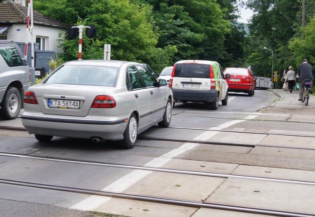 Przejazd kolejowy dodatkowo komplikuje ruch samochodów. Magistrat rozważa, w jaki sposób zmniejszyć korki w tym rejonie