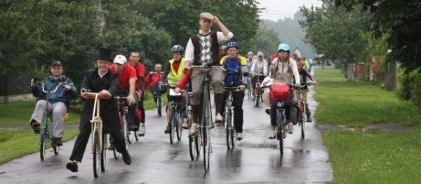 Podczas ubiegłorocznego rajdu i festynu rowerowego cykliści wystąpili m.in. na zabytkowych rowerach oraz jednośladzie z drewna. Teraz dają szansę na pokazanie swoich wehikułów konstruktorom.