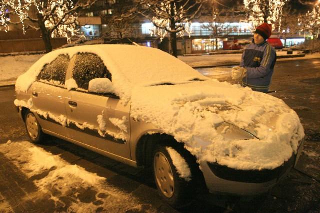 W centrum śnieg szybko stopniał, więc żeby ulepić śnieżkę, trzeba było znaleźć jeszcze nieodśnieżony samochód.