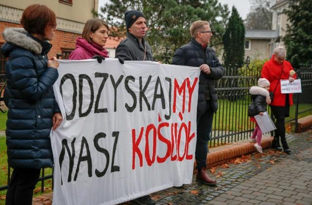"""Protest wiernych pod hasłem """"Odzyskajmy nasz Kościół"""" pod kurią w Gdańsku"""