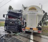 Wypadek pod Obornikami: Zderzenie dwóch samochodów ciężarowych na przejeździe kolejowym. Jeden z kierowców zakleszczony w pojeździe