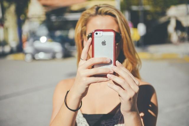 Jak rozpoznać, czy mamy problem z uzależnieniem od telefonu? Aby zobaczyć klasyczne symptomy tego zaburzenia, przejdź do kolejnych zdjęć!