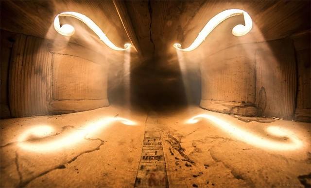 Jak wygląda wnętrze instrumentów? Tę tajemnicę odkrywa przed nami rumuński artysta Adrian Borda.