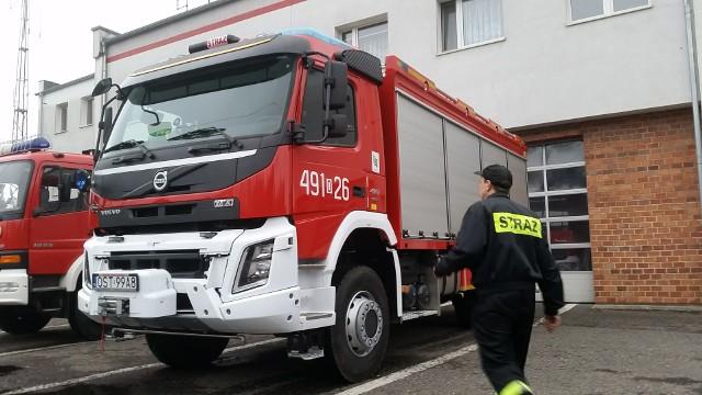 Strażacy udzielili pomocy mężczyźnie i pomogli przetransportować go do szpitala.