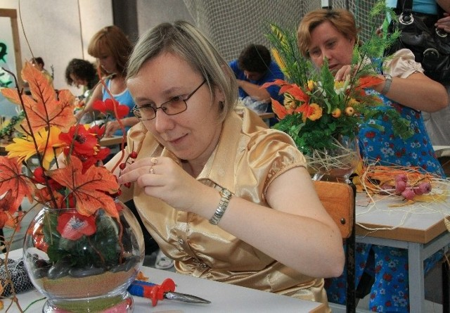 Izabela Drogosz z Międzyrzecza układała bukiety z suszonych kwiatów i liści. Mówiła, że podczas zajęć w warsztatach uczy się krawiectwa, ale bukieciarstwo to jej hobby.
