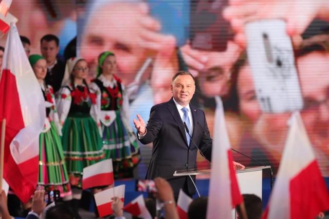 Są już oficjalne wyniki wyborów prezydenckich PKW. Na zdjęciu wieczór wyborczy Andrzeja Dudy w Łowiczu
