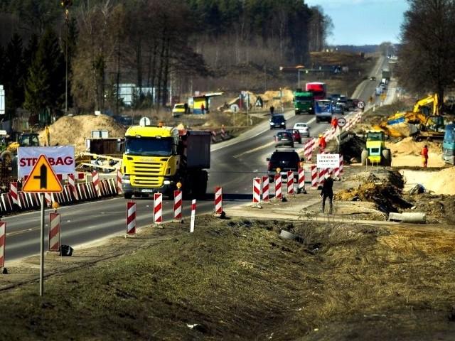 Trwają teraz intensywne roboty ziemne: budowa nasypów, wykopy. Za kilkanaście miesięcy odcinek Białystok – Jeżewo ma być gotowy.