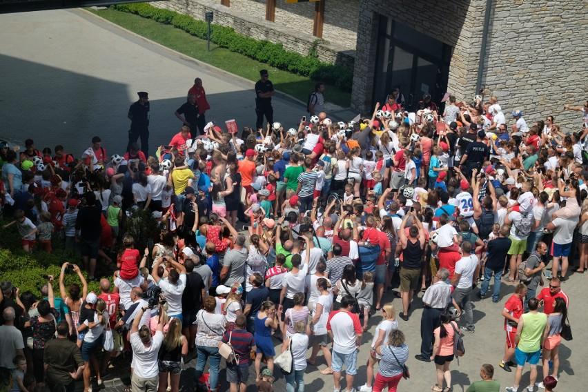 Tłum kibiców zebrał się w piątek pod Hotelem Arłamów, gdzie...