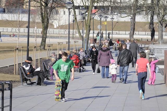 Do Bydgoszczy zawitała wiosna. Choć do kalendarzowej wiosny jeszcze daleko to dzisiejsza pogoda była idealna na spacery i aktywne spędzanie czasu na świeżym powietrzu. Tak spędzali czas bydgoszczanie na Wyspie Młyńskiej