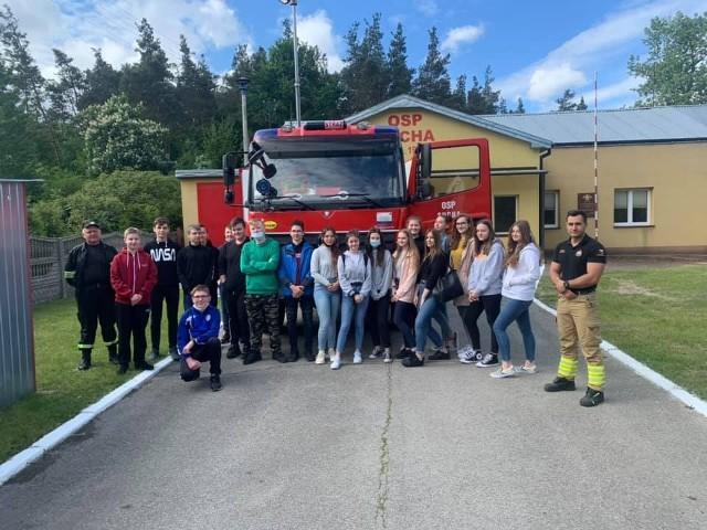 Druhowie z Ochotniczej Straży Pożarnej w Suchej gościli uczniów klasy ósmej miejscowej szkoły podstawowej.