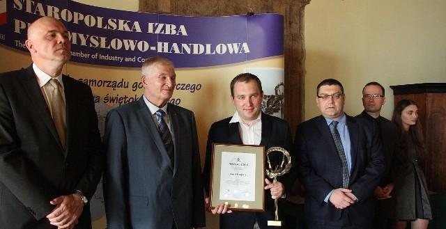 Od lewej Cezary Tkaczyk, prezydent Staropolskiej Izby Przemysłowo-Handlowej i Stanisław Szczepaniak wręczyli Danielowi Krajcarzowi Novatora 2016 w kategorii Młody Novator. Inżynier ma zaledwie 29 lat.